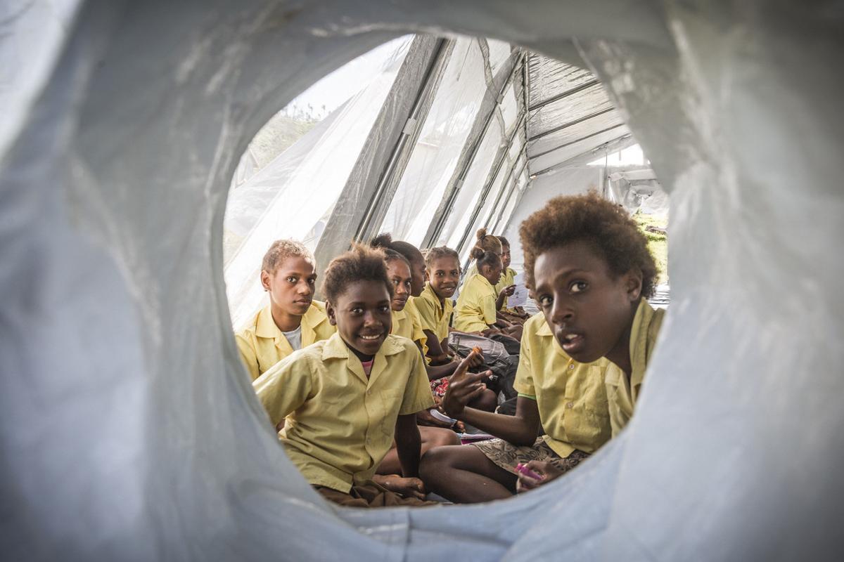 Un grupo de niños asiste a clases en un campamento de Unicef en la República de Vanuatu.