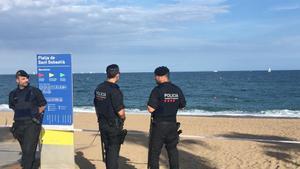 Dos mossos salvan a una joven de ahogarse en la playa de la Barceloneta de madrugada
