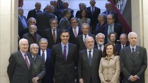 Pedro Sánchez y Santiago Muñoz Machado, a la derecha, durante una visita del presidente del Gobierno a la RAE.