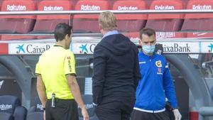 Koeman observa a Martínez Munuera mientras éste mira la pantalla en el penalti de Lenglet a Ramos.