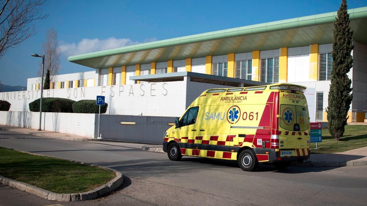 Una ambulancia en el Hospital Son Espases de Palma de Mallorca, en febrero del año pasado.