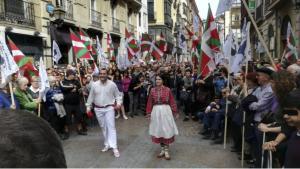 Dos bailarines inician un aurresku en honor del etarra excarcelado Germán Urizar, en pleno paseíllo del homenajeado por una calle del casco viejo de Bilbao. Ocurrió el pasado 7 de abril.