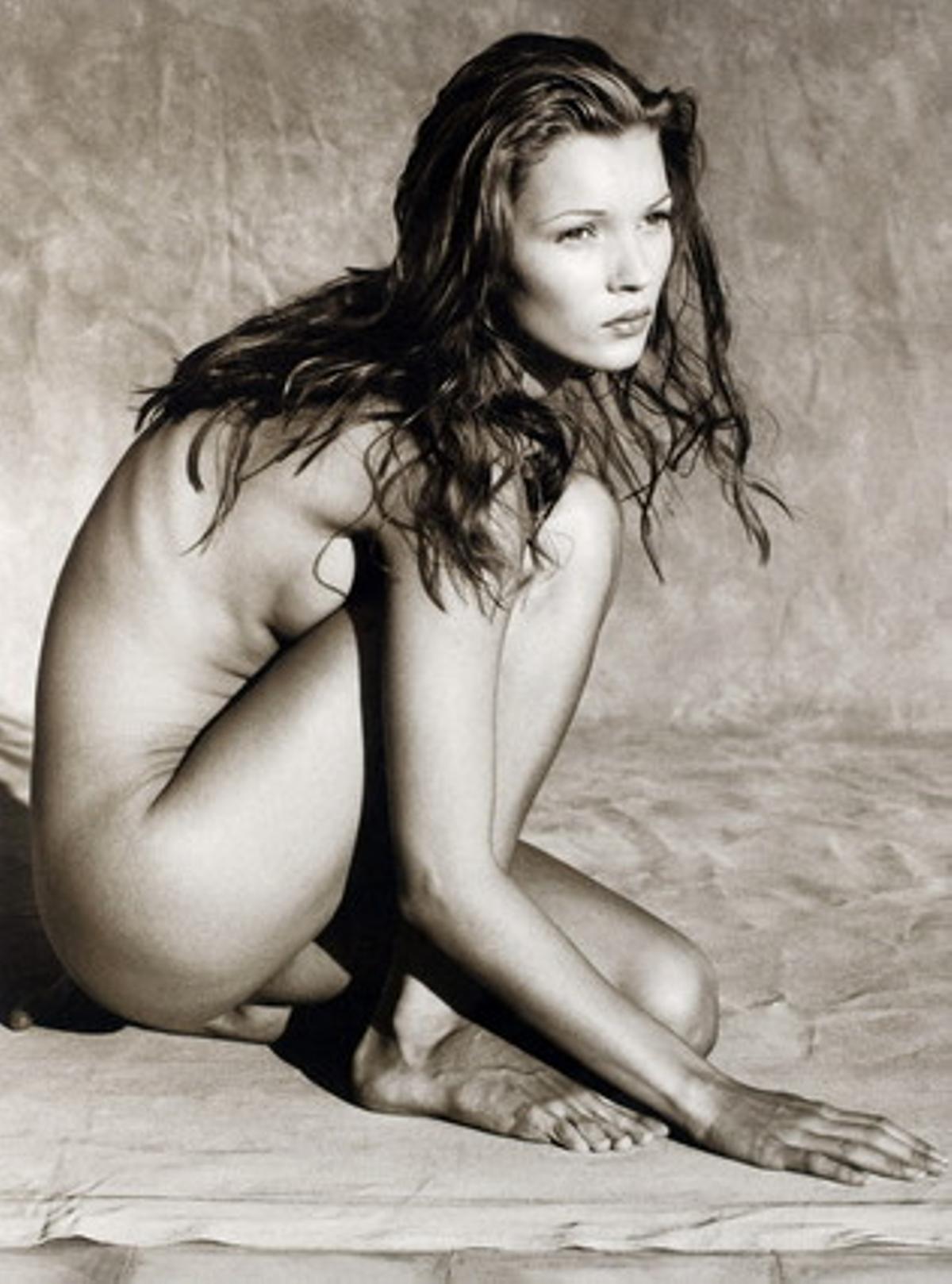 Lafotografía de Albert Watson, en la que aparece Kate Moss desnuda y agachada, que se ha vendidoeste jueves por16.250 libras (18.964 euros, 25.677 dólares), en la subasta de casa de subastas Bonhams.