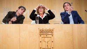 Manuela Carmena conel edil de IU Jorge García Castano, elnuevo delegado de Hacienda, durante la rueda de prensa que ofrecióde este lunes en el Palacio de Cibeles.