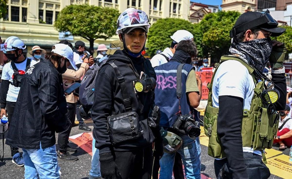 La junta birmana arresta al modelo y actor Paing Takhon por apoyar las protestas.