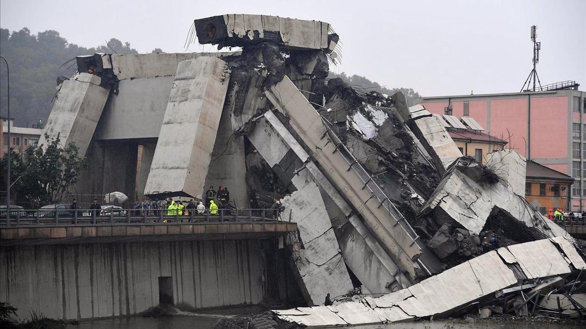 Vista de la sección del viaducto que se ha desplomado en Génova, este martes.