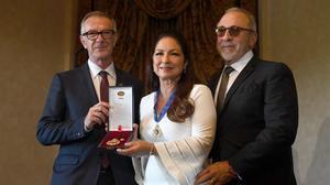 Gloria Estefan junto a su marido,Emilio Estefan (derecha), y el ministro de Cultura y Deporte, José Guirao, recogiendo la Medalla de Oro de las Bellas Artes.