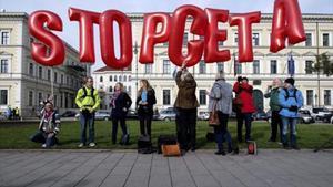 Contrarios al CETA se manifiestan contra el acuerdo.