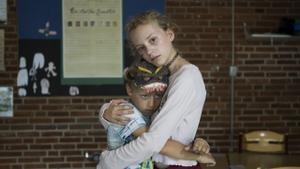 Noah Storm Otto y Flora Ofelia Hofmann Lindahl en una imagen promocional de 'Que viene el lobo'.