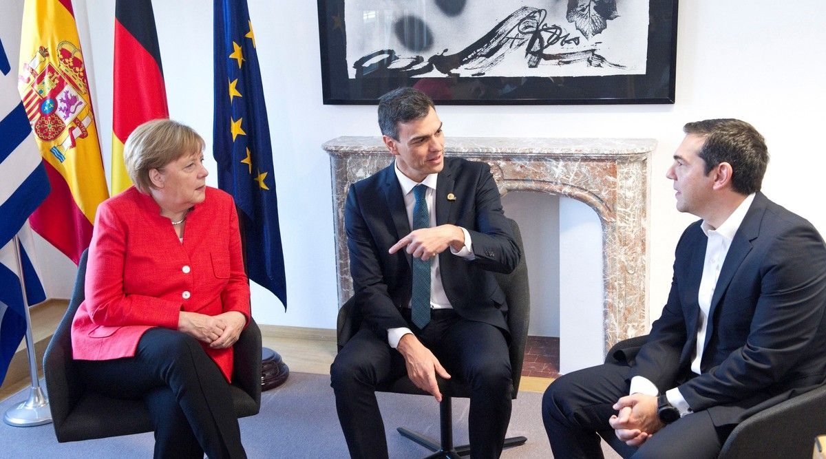 El presidente del Gobierno español, Pedro Sánchez, junto a la canciller alemana, Angela Merkel, y el primer ministro griego, Alexis Tsipras