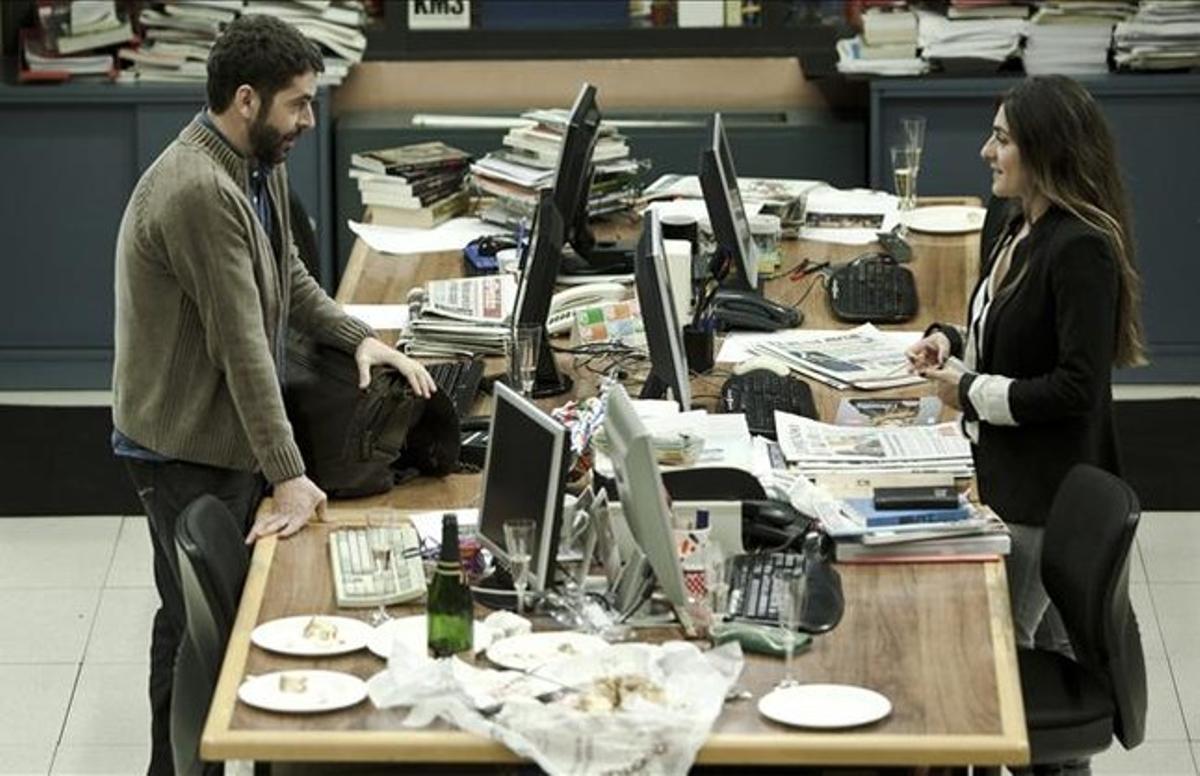 Noriega y Peña conversan separados por una mesa de la sección Cosas de la Vida de EL PERIÓDICO.