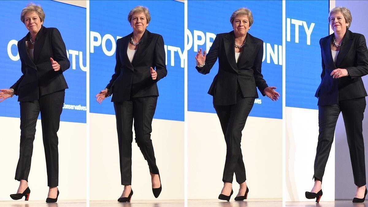 Una combinación de imágenes reproduce la entradabailando de May en el estrado donde pronució su discurso en la conferencia de los 'tories'.