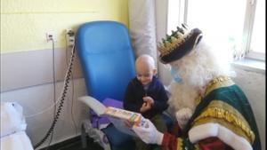 Los Reyes Magos entregan regalos a los niños ingresados en Vall d'Hebron