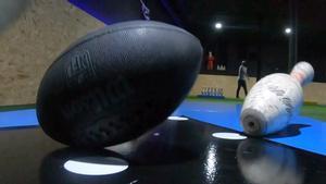 Sesión de 'footbowling' en las nuevas pistas del Eixample.