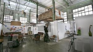 Un artista trabaja en el edificio de La Escocesa, uno de los 'hubs' creativos de Poblenou.