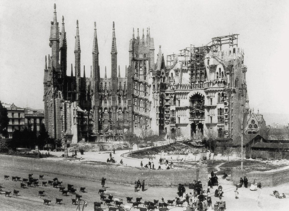En 1882 empiezan las obras de la Sagrada Familia. La imagen a principios de siglo XX