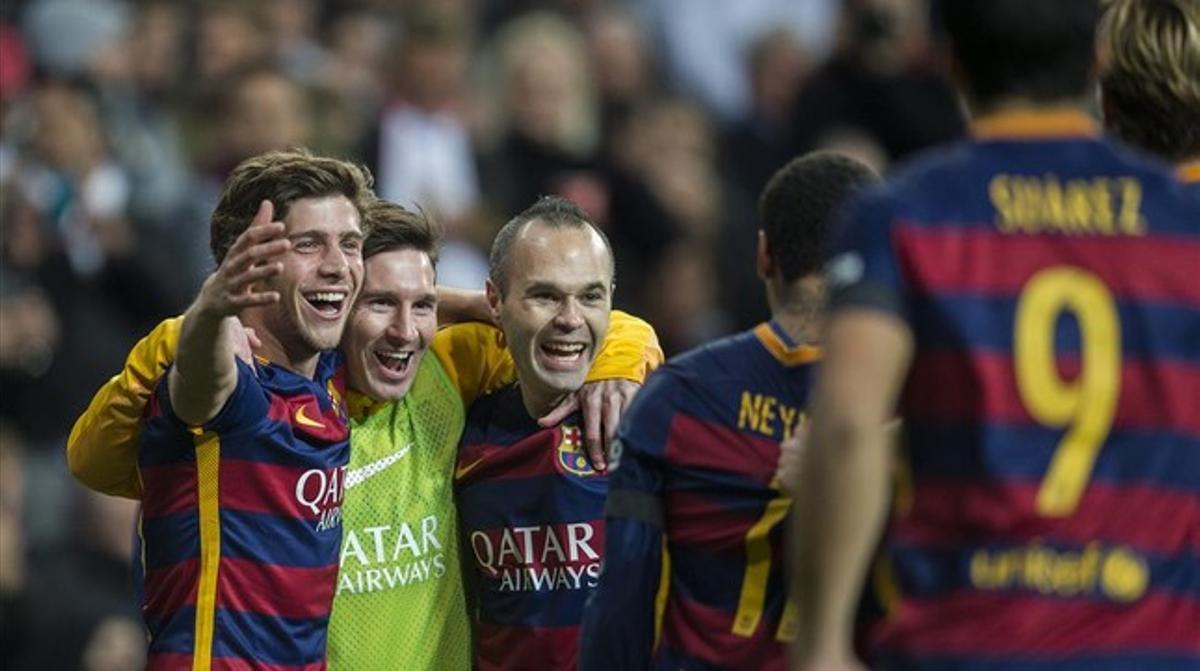 Iniesta se abraza a Messi tras el 0-3 del manchego en el Bernabéu.