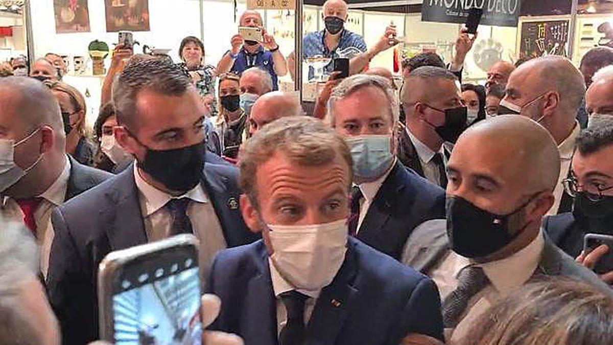 Lanzan un huevo a Macron durante un salón de gastronomía en Lyon