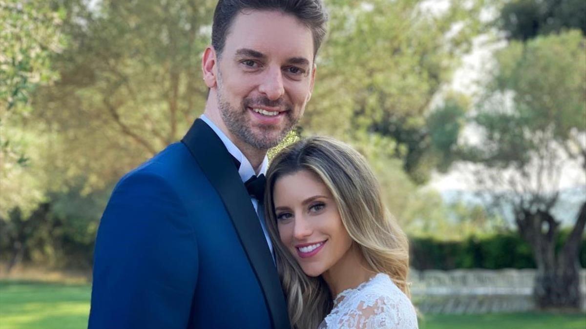 Pau Gasol y Catherine Mcdonell posan el día de su boda, en Girona, el 28 de julio del 2019.