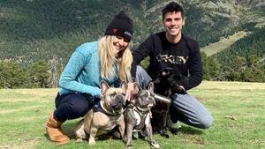 Joan Mir, junto a su pareja, Alejandra López, y dos de sus tres perros, en Andorra.