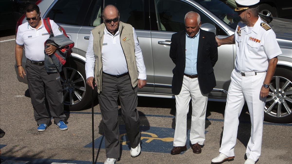 El rey Juan Carlos, a sullegada al Monte Real Club de Yates de Baiona.