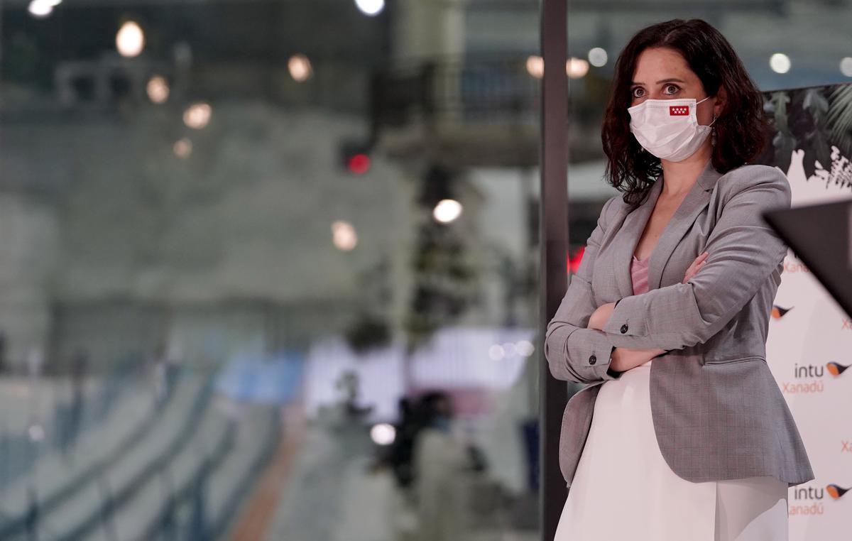 Isabel Díaz Ayuso, presidenta de la Comunidad de Madrid, en un centro comercial.