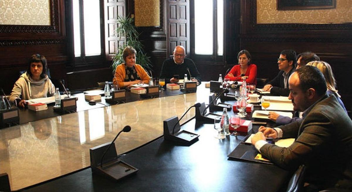 Reunión de los miembros de la Mesa del Parlament, este martes.