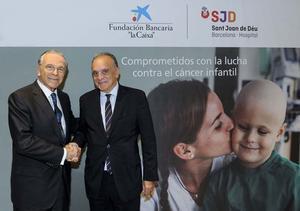 Isidro Fainé, presidente de la Fundación La Caixa (izq) y el Director Gerente del SJD, Manel del Castillo, durante la firma del convenio