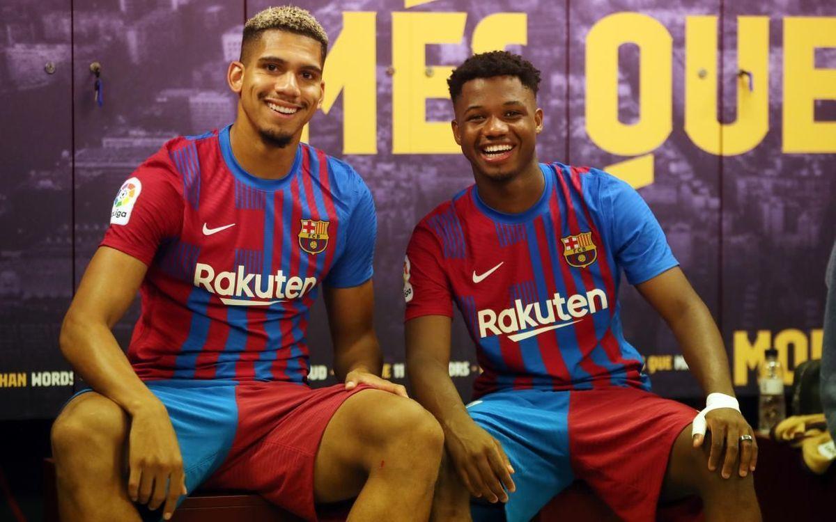 Araujo y Ansu Fati, en el vestuario del Camp Nou tras el triunfo del Barça al Levante.