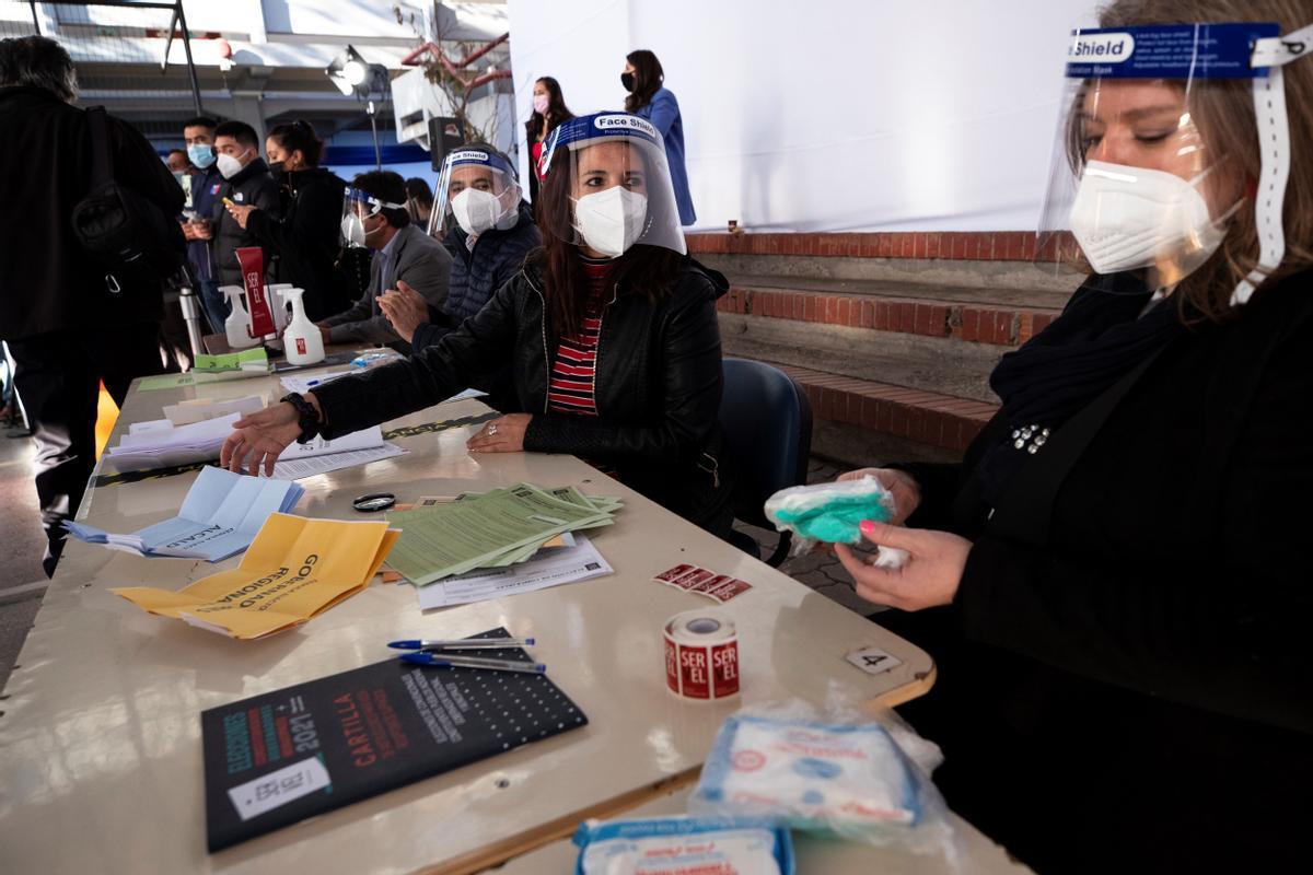 Trabajadores del Servicio Electoral de Chile participan en una demostración del sistema de votación en el Colegio Providencia, el pasado 11 de mayo.