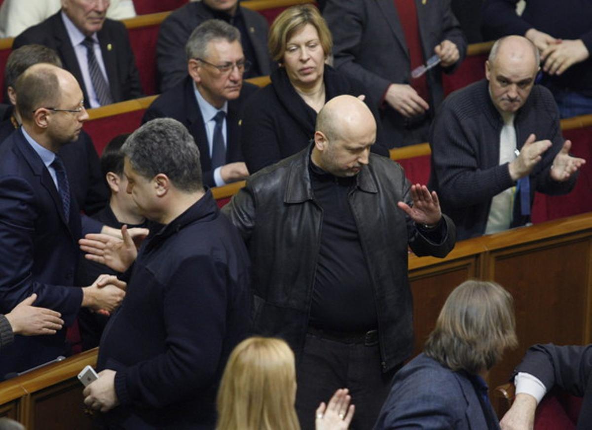 Aleksander Turchinov, en el centro de la imagen, ha sido nombrado presidente en funciones de Ucrania.