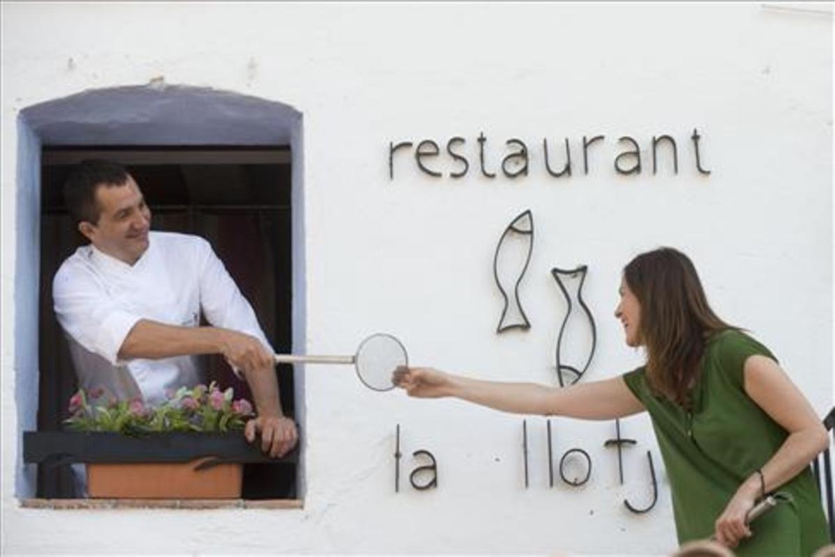 Marc Miró y Violant Rojas,  en la fachada de La Llotja. Foto: Joan Revillas
