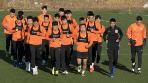 El Wuhan Zall, equipo de fútbol de Wuhan, donde surgió el brote del coronavirus, se entrena en Sotogrande (Cádiz).