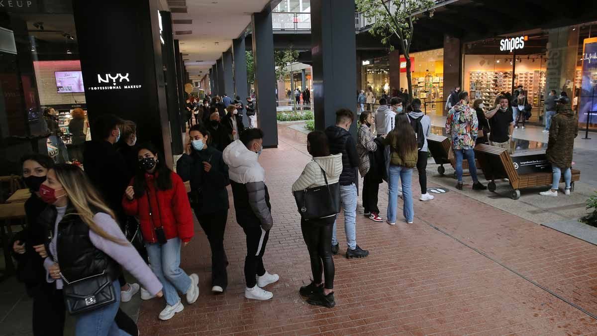 Compradores en el centro comercial La Maquinista.