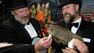 Jason Gursky y A.J. Dereume junto a la marmota Phil.