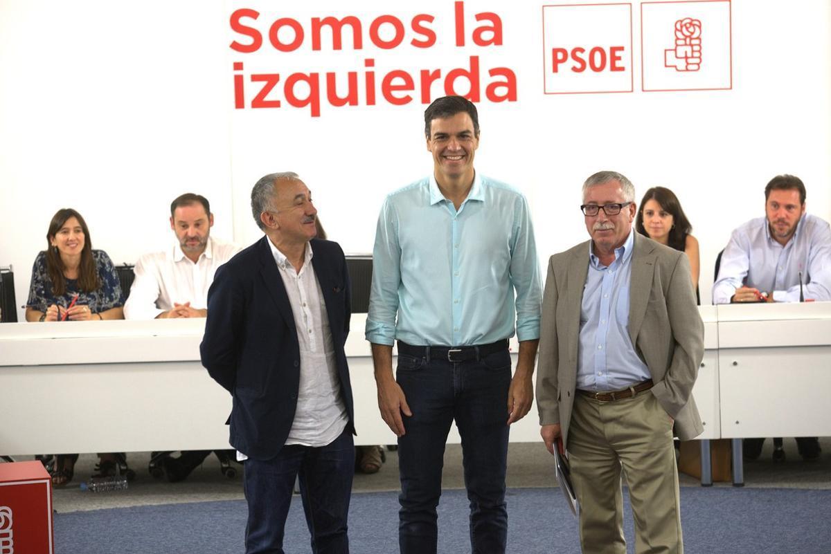 Pedro Sánchez posa junto a Pepe Álvarez (UGT) eIgnacio Fernández Toxo (CCOO) antes de la reunión.