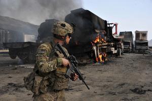 Un soldado estadounidense inspecciona un atentado en el norte de Afganistán