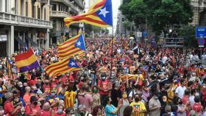 La manifestación de la Diada, a su paso por la Via Laietana, este sábado.