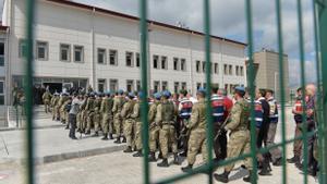 Soldados turcos custodia a un grupo de detenidos que entran en la prisión de Sincan, en Ankara, en una foto de 2017, por el intento fallido de golpe de Estado contra Erdogan.