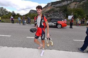 Samuel Sánchez, con el pie al aire, se retira en los primeros kilómetros de la etapa debido a la infección de una uña.