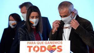 Carlos Carrizosa e Inés Arrimadas durante su comparecencia tras conocer el resultado electoral del 14-F.
