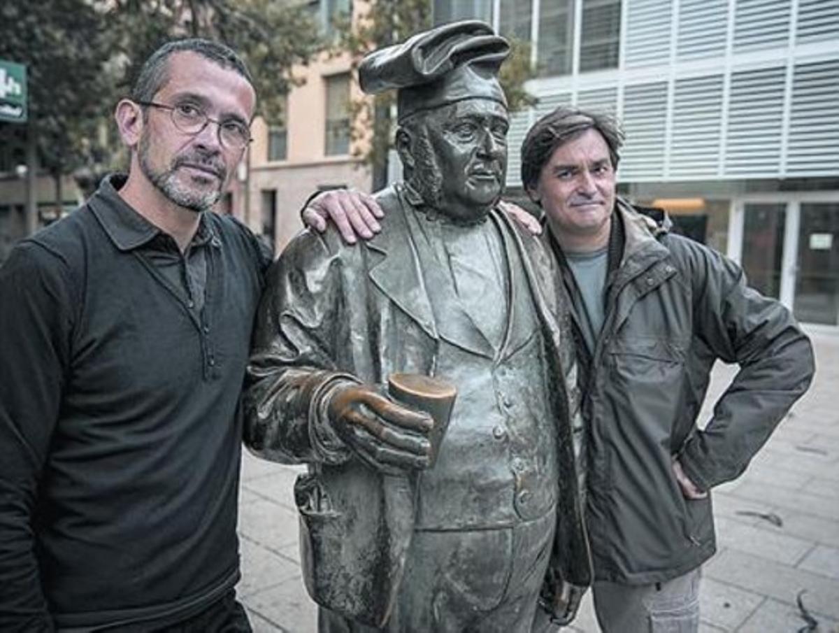 Pernau (izquierda) y Camallonga, junto a la estatua de Pau Farinetes.