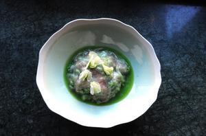 Guisantes con velo de papada de cerdo ibérico y licuado de vaina de los propios guisantes del restaurante Mediamanga.