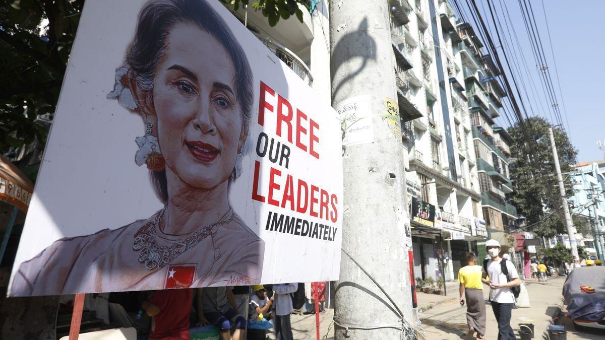 Un cartel pide la liberación de Suu Kyi y otros líderes democráticos.