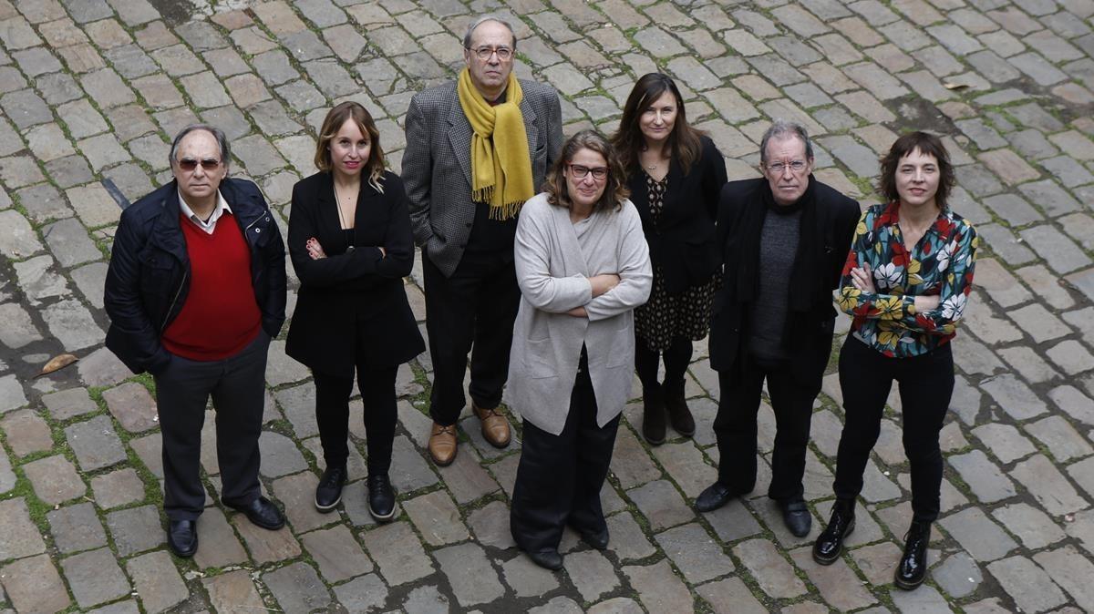 Los siete escritores que inauguran la colección de Comanegra 'Matar el monstre', de izquierda a derecha, Jordi Coca, Mar Bosch Oliveras, Julià de Jòdar, Ada Castells,Susanna Rafart,Miquel de Palol y Núria Cadenes.