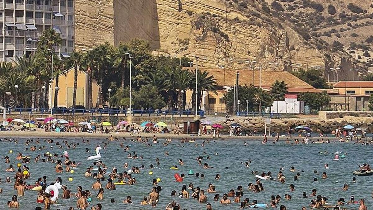 La temperatura del agua del mar en el Postiguet supera ya los 27 grados. | HÉCTOR FUENTES