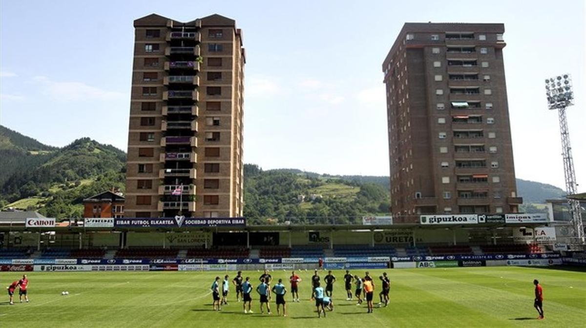 Entrenamiento del Eibar en el campo de Ipurúa, esta temporada.