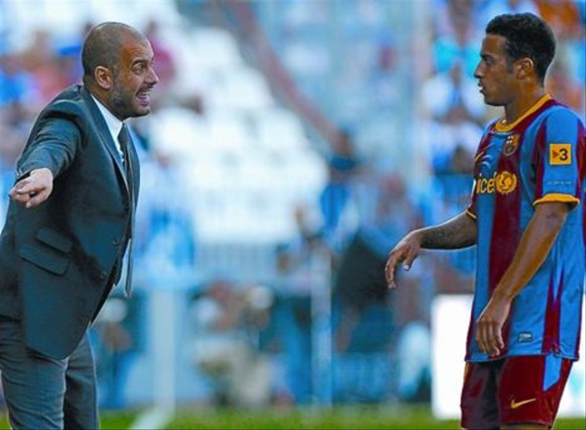 Táctica 8 Guardiola da instrucciones a Thiago, ayer en el partido disputado en La Rosaleda.