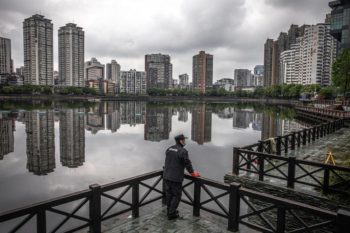Un guardia de seguridad de Wuhan vigila el cumplimiento de la cuarentena en la ciudad, el 29 de marzo de 2020.
