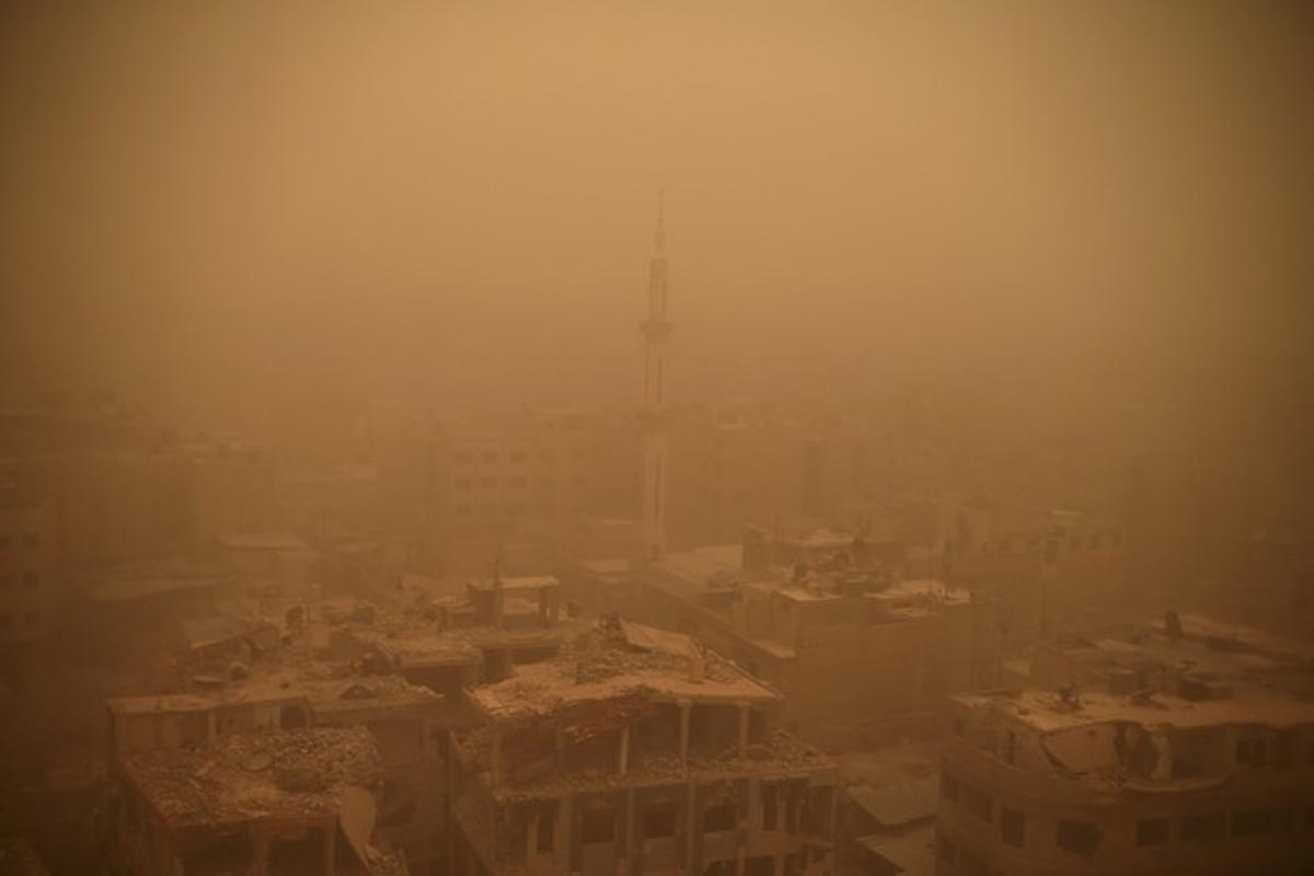 Unos edificios de Damasco, que han quedado en ruinas durante la guerra civil de Siria, fotografiados en plena tormenta de arena.Khabieh